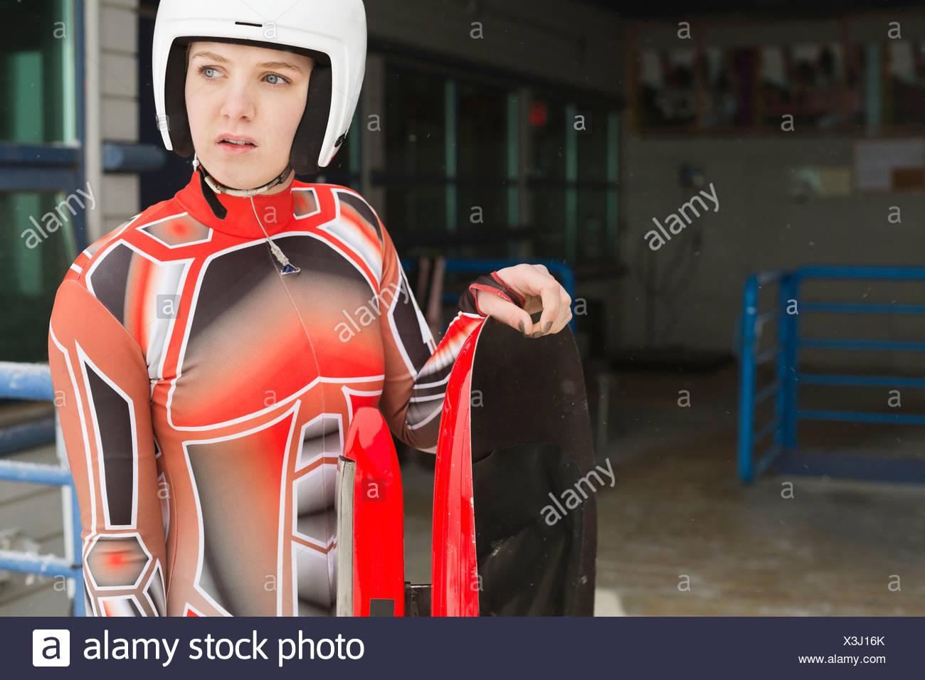 La préparation de l'athlète féminine de la course de luge Photo Stock