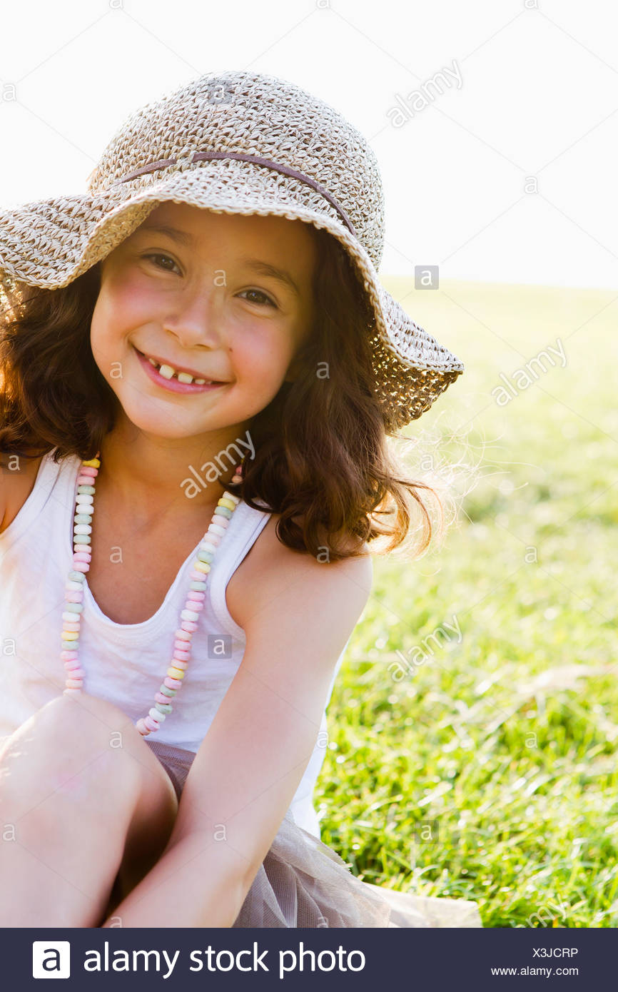 Smiling girl wearing sunhat outdoors Banque D'Images