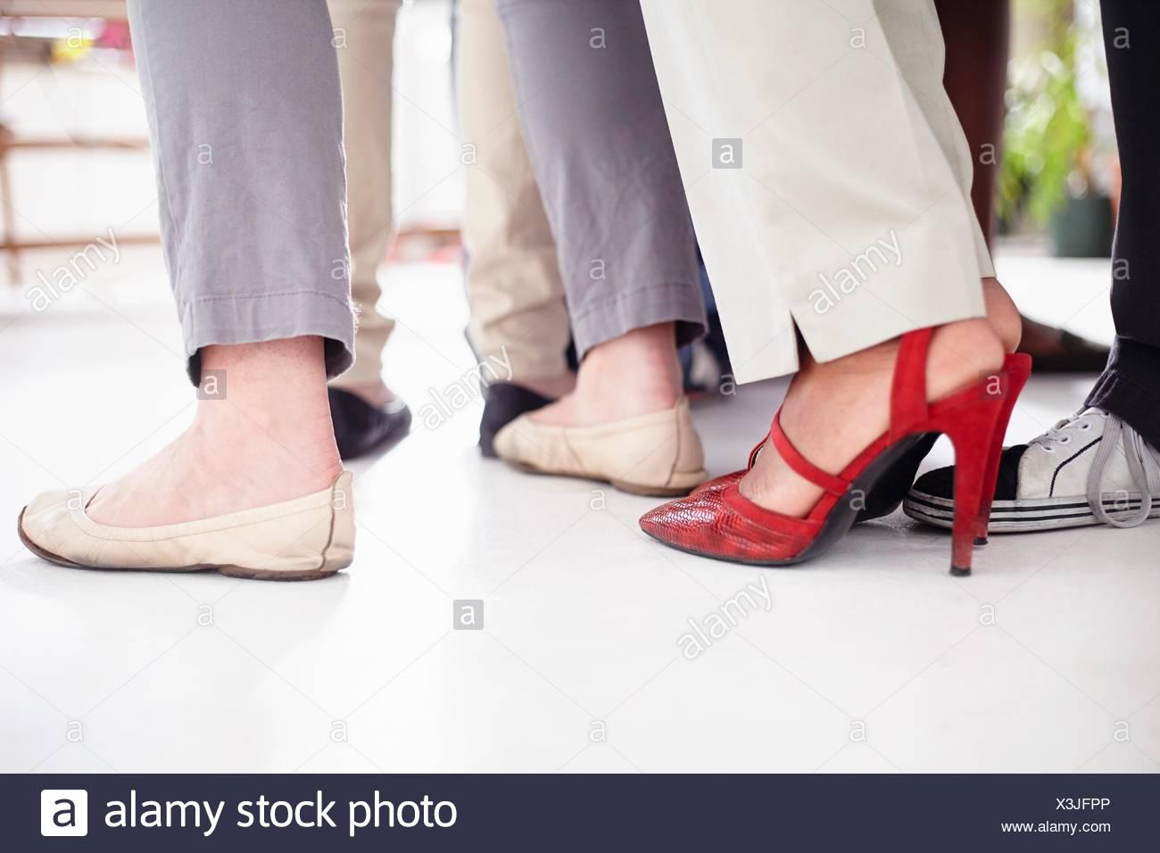 Portrait collègues pieds de huddle Banque D'Images