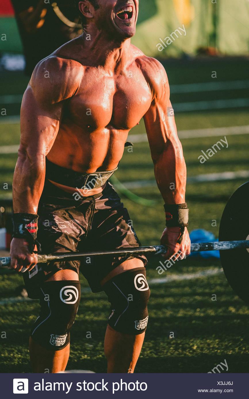 Construction musculaire de l'athlète masculin avec la levée de poids durant la compétition, tenerife, Îles Canaries, Espagne Photo Stock