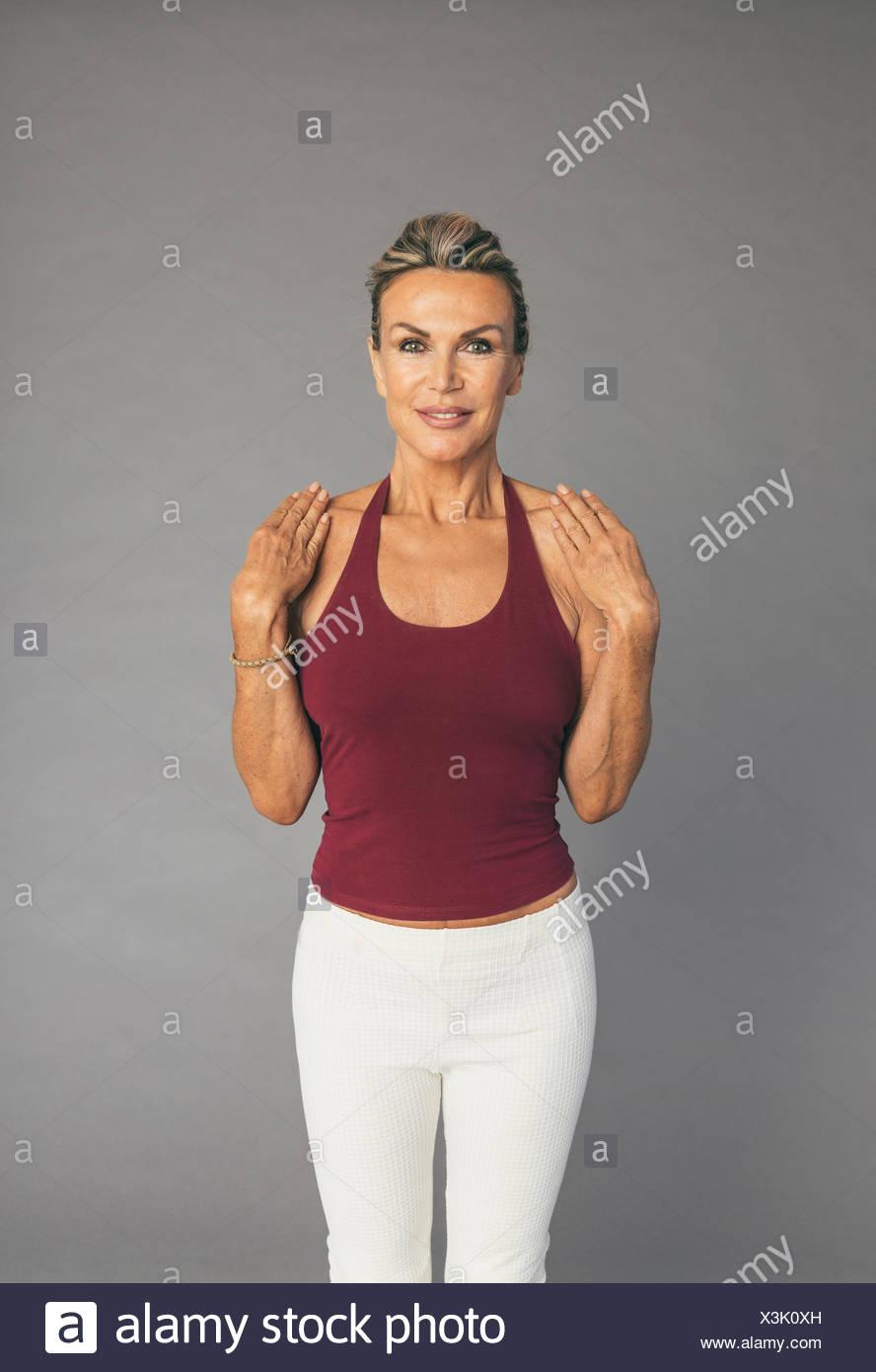 Femme mature exercice de flexibilité et les mains d'armes ellbow Photo Stock