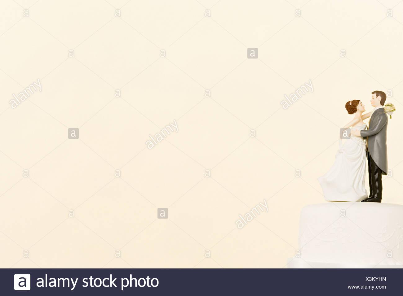 Figurines de mariage sur le dessus de gâteau Photo Stock