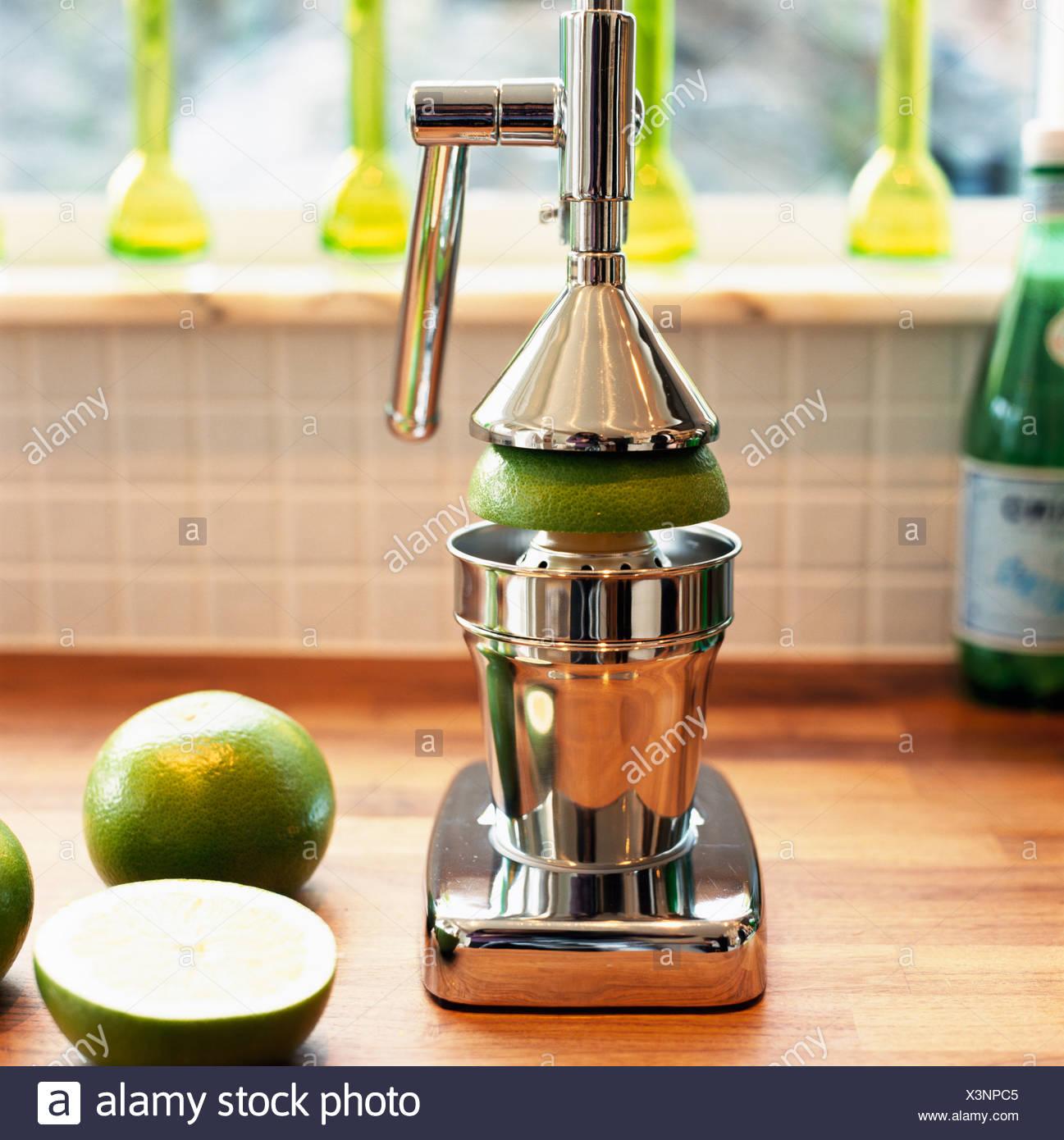 Un presse jus de fruits et de chaux close-up. Photo Stock