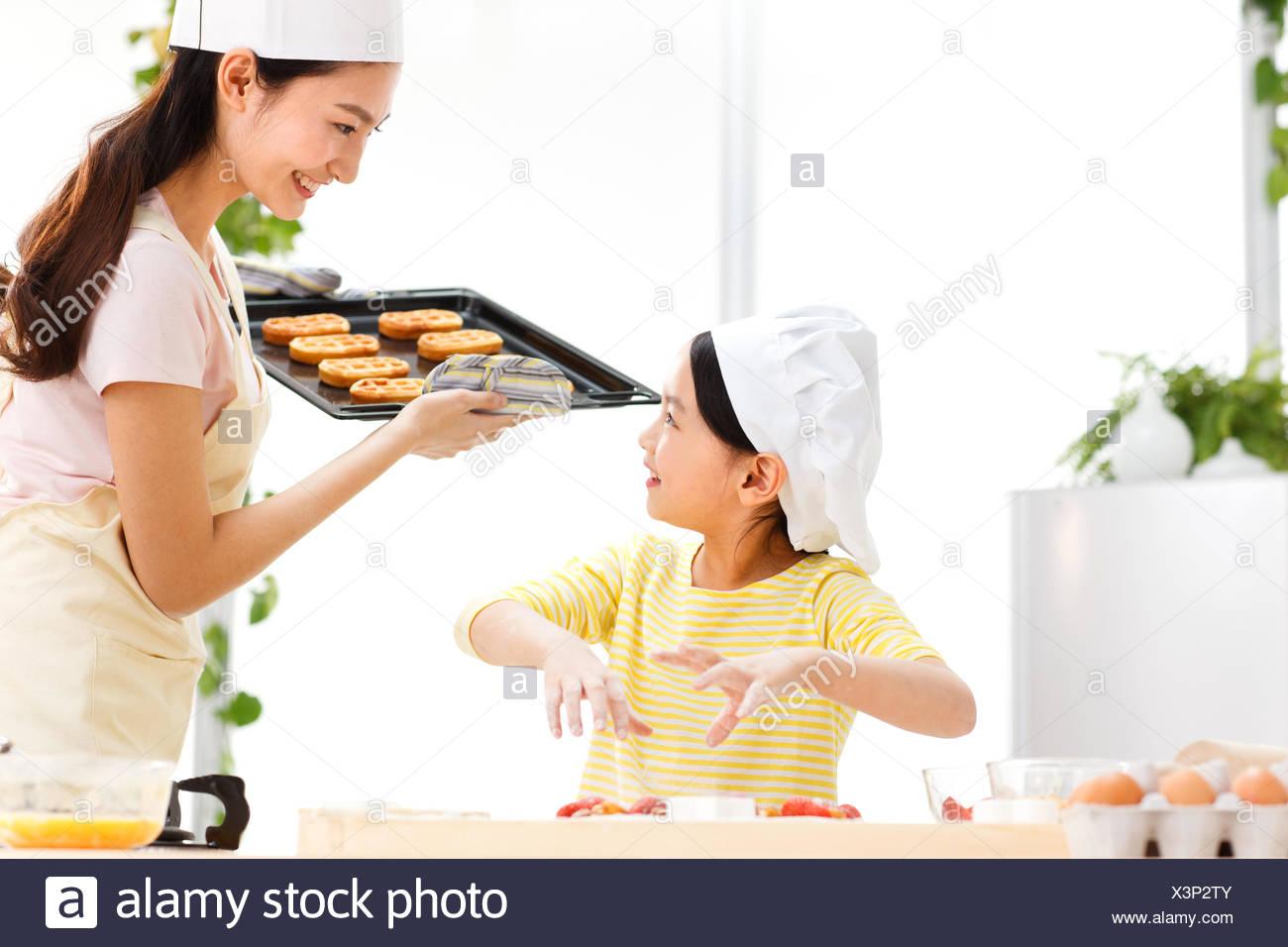 Mère et fille dans la cuisine Banque D'Images