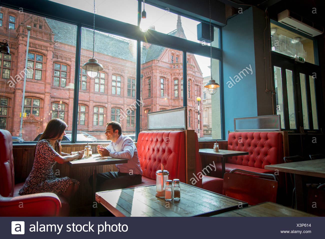 Couple sitting in restaurant booth Photo Stock