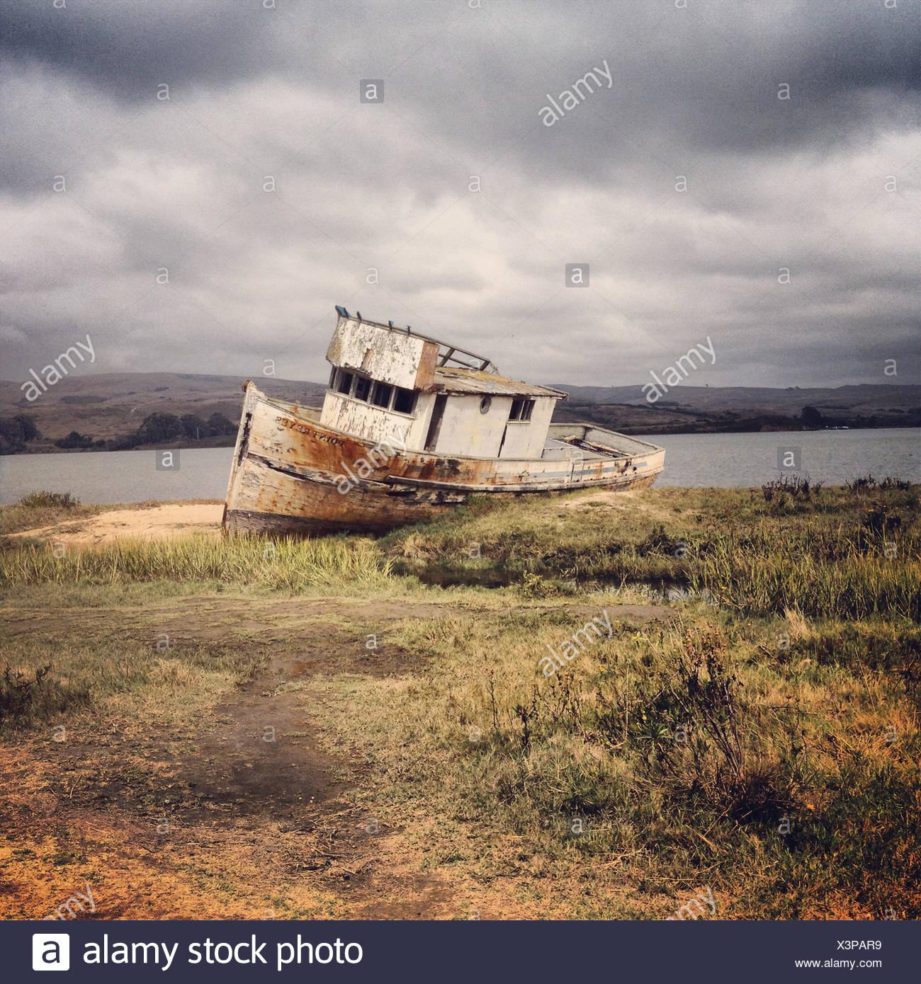 Bateau naufragé, comté de Marin, en Californie, l'Amérique, USA Photo Stock