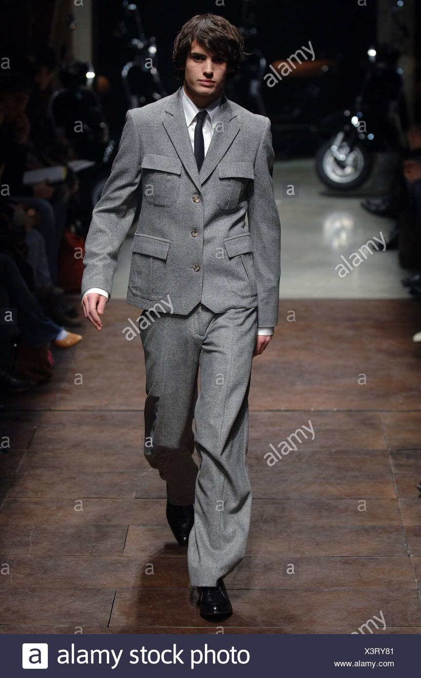 Brunette Model Portant Un Costume En Laine Gris Avec Une