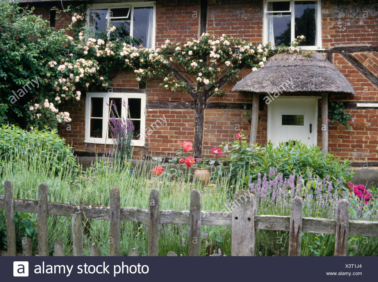 Post clôture rustique +bordure de jardin en face de briques à ...