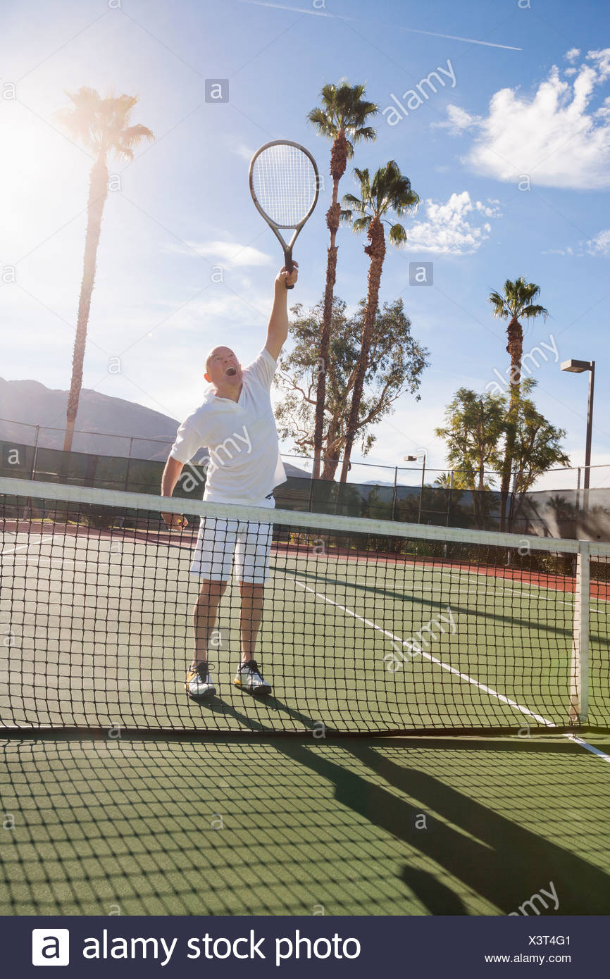 Senior male tennis player jouant sur cour Photo Stock