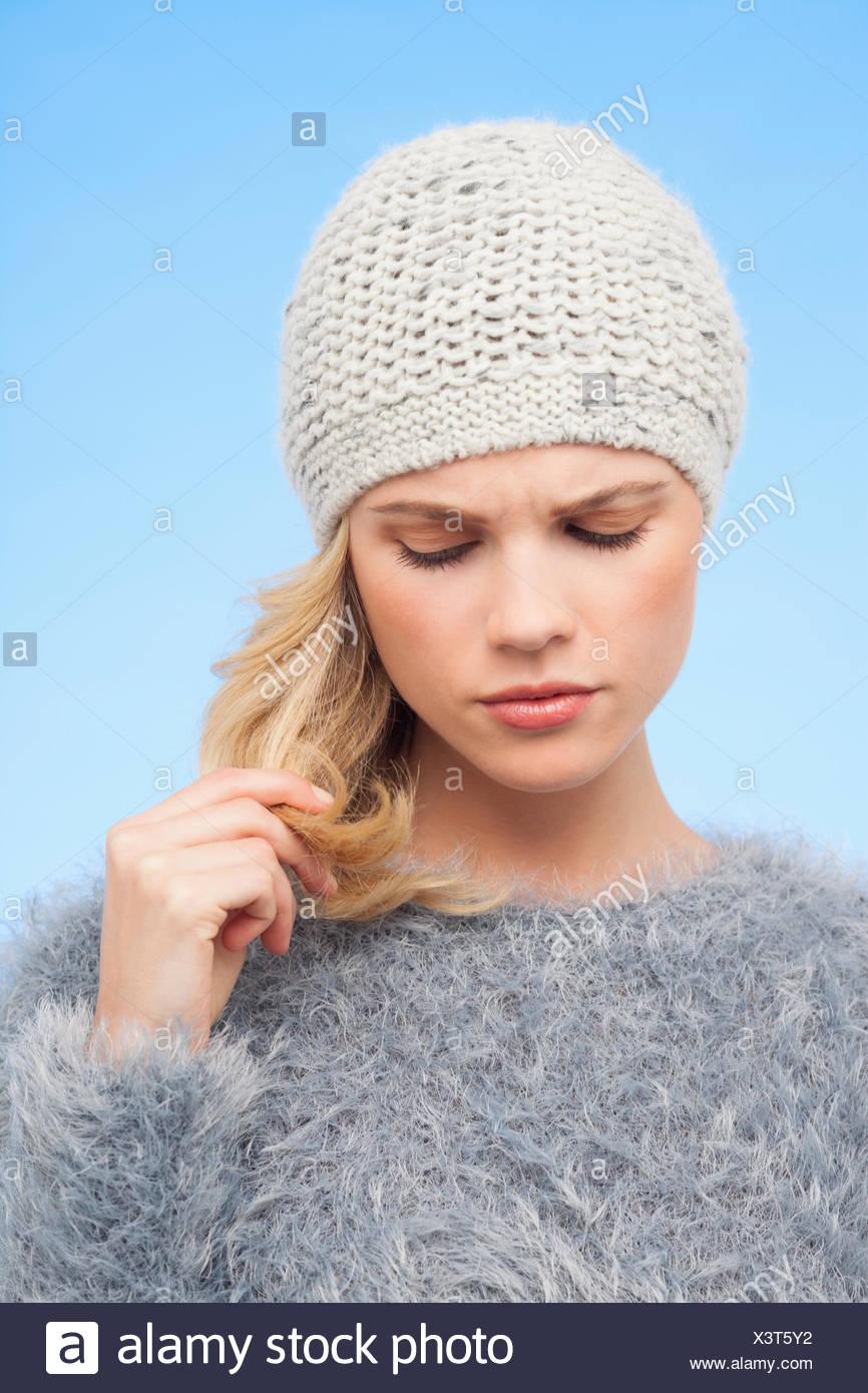 Belle femme de toucher ses cheveux Photo Stock