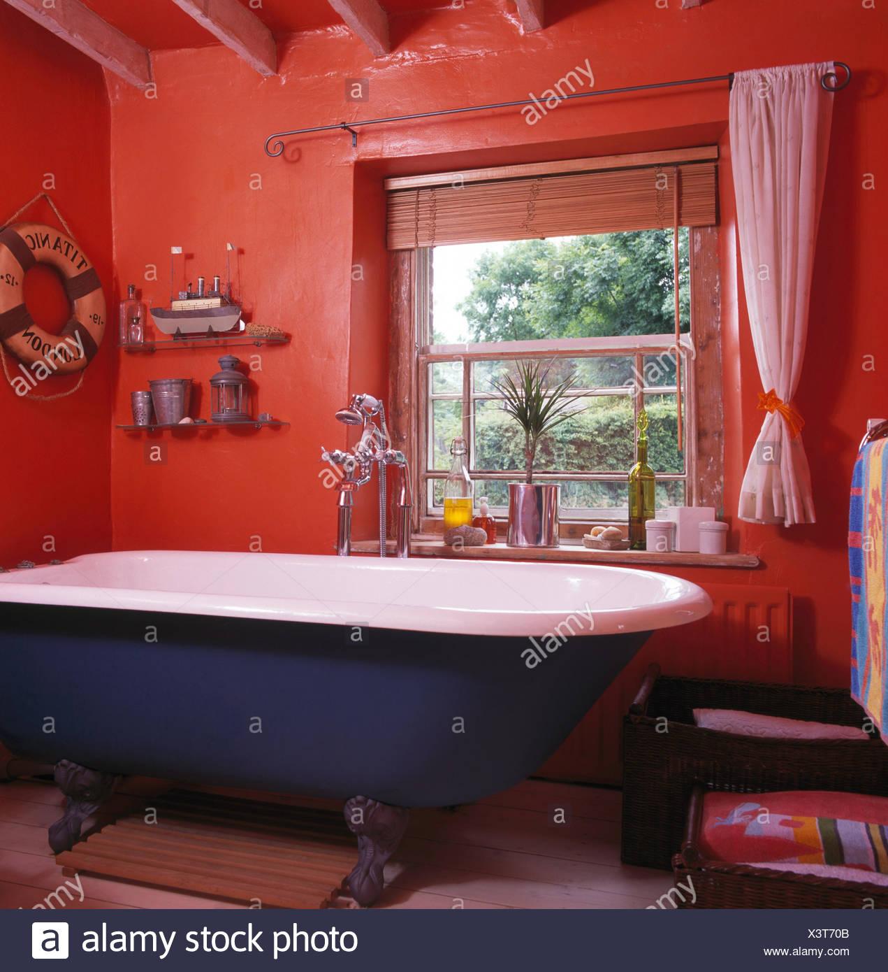 Haut rouleau bleu lit dans chambre cottage 90 rouge vif ...