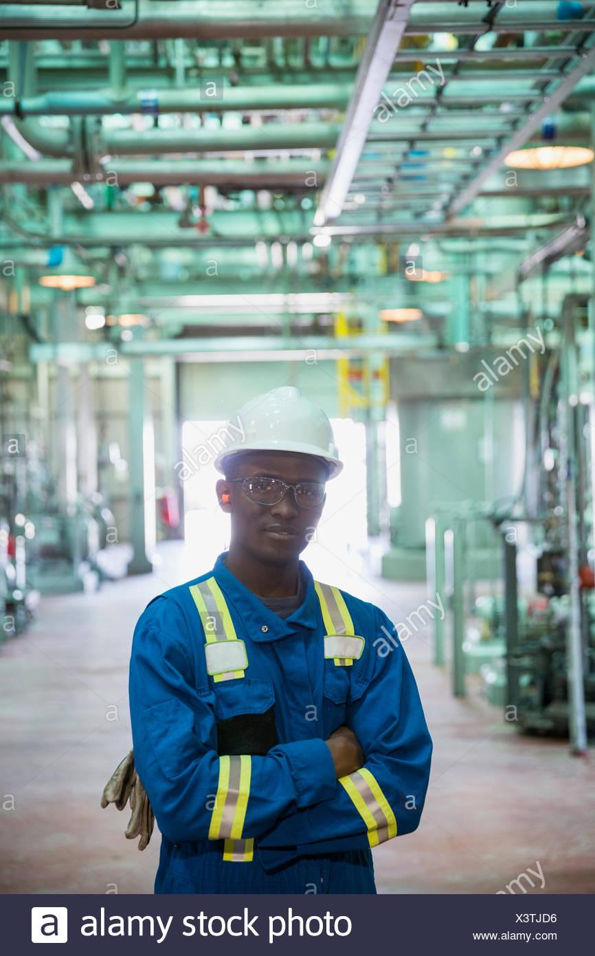 Portrait d'homme travailleur dans l'usine à gaz Photo Stock