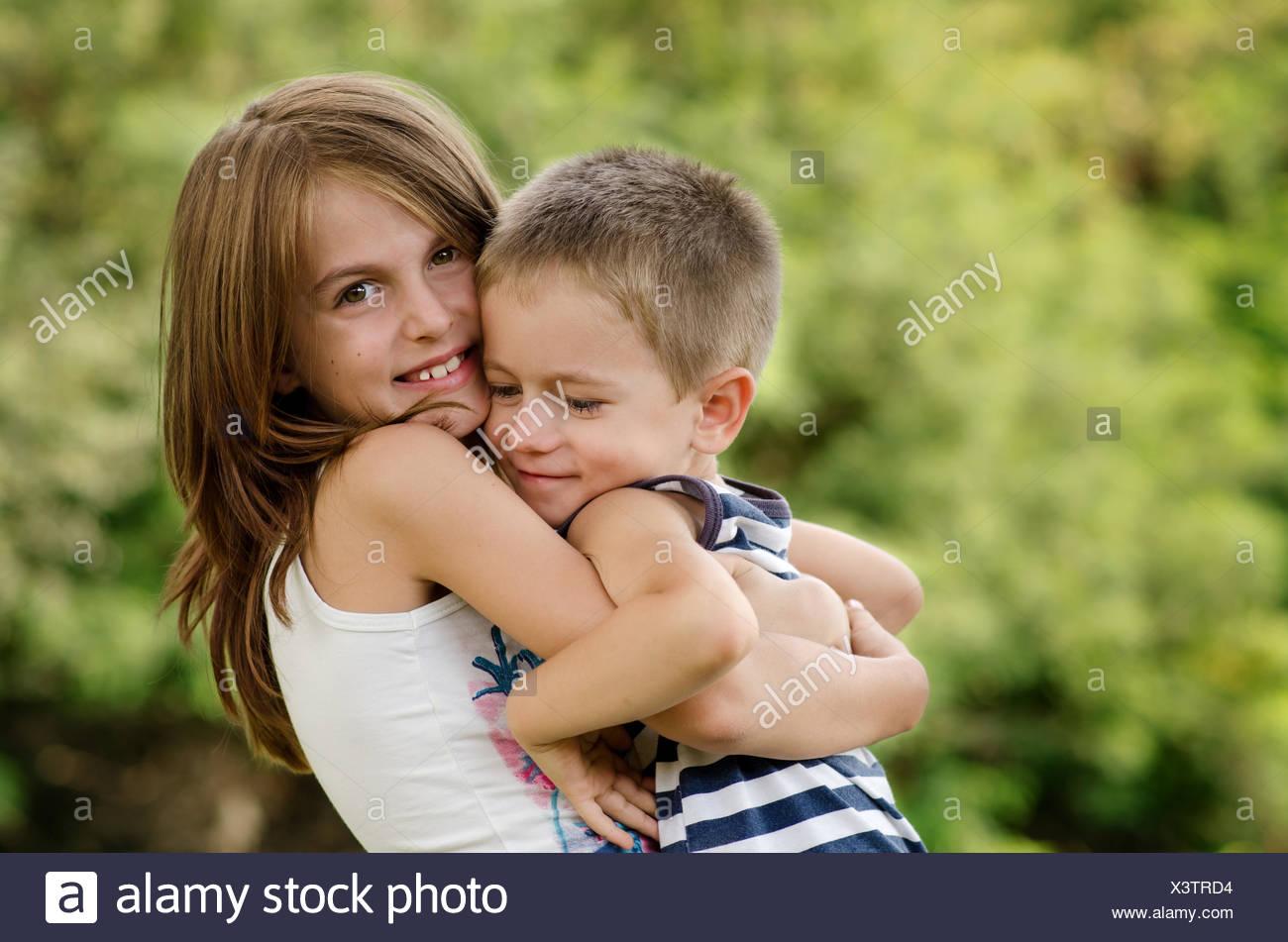La Bulgarie, les frères et Sœurs (4-5, 8-9) hugging Photo Stock