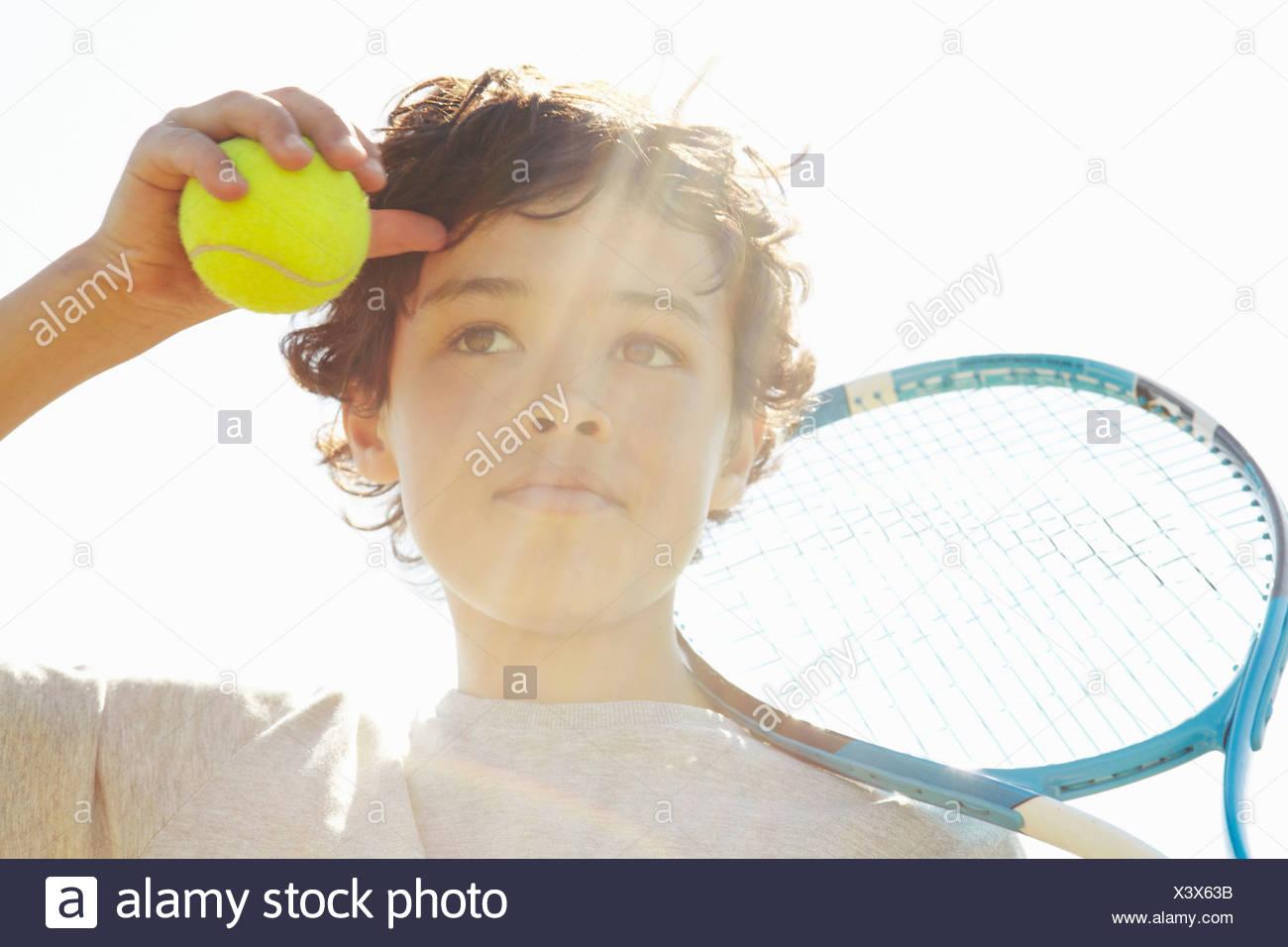 Close up of boy avec raquette de tennis et la balle Photo Stock