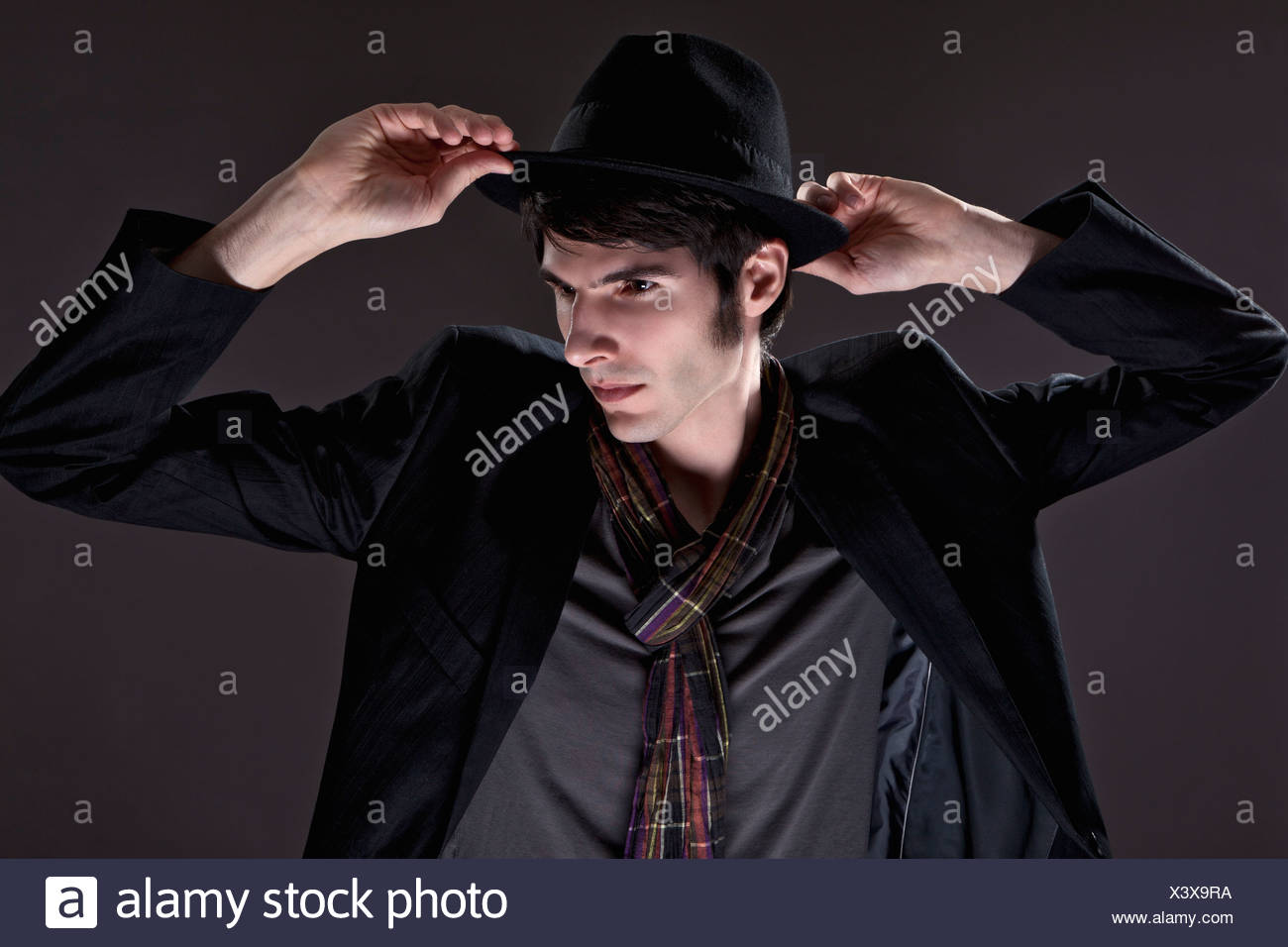 dd1f587355a39 Jeune homme en costume noir avec chapeau Banque D'Images, Photo ...