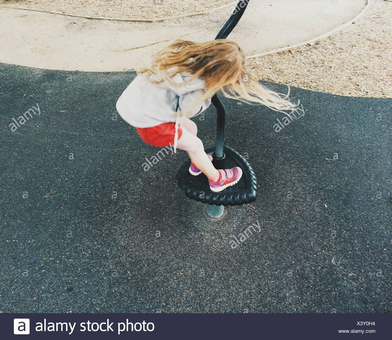 Fille jouant au jeu pour enfants Photo Stock