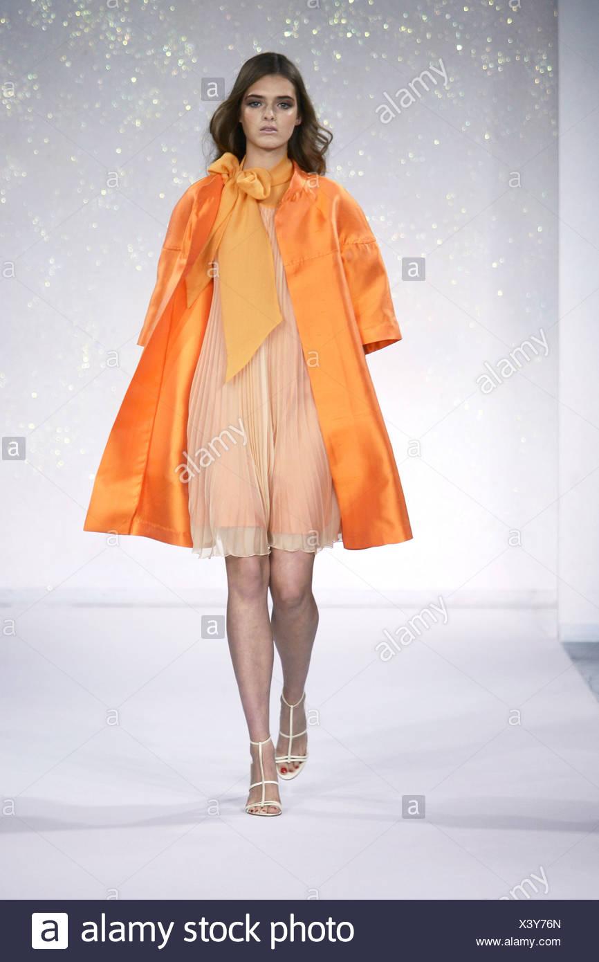 2612cccc25c Luisa Beccaria Milan Prêt à Porter Printemps Été Brunette modèle féminin  ondulés portant une robe plissée crème pure et