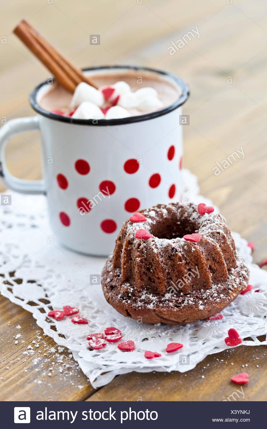 Petite bague gâteau et chocolat chaud Banque D'Images