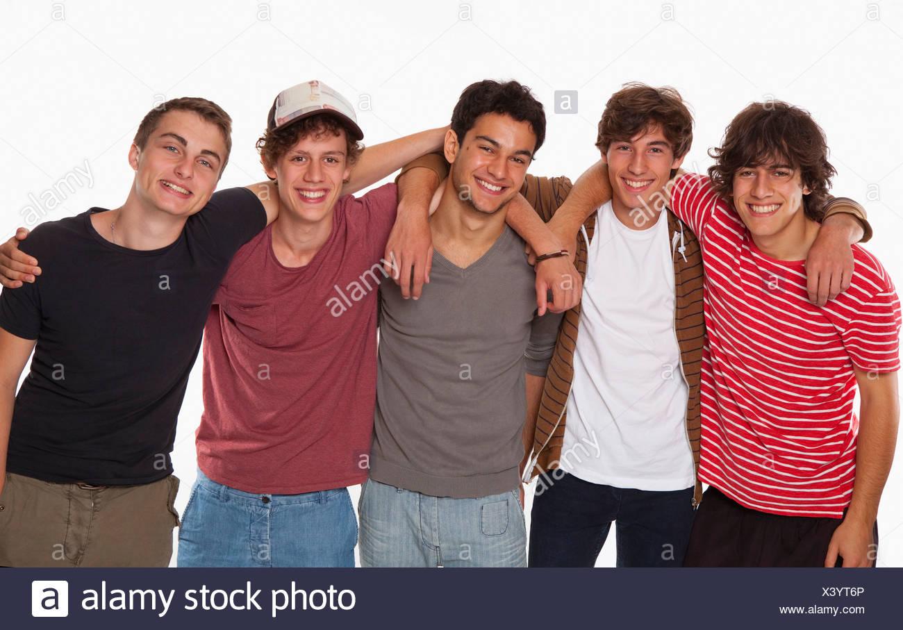 Cinq adolescents amitié smiling fun arm in arm Photo Stock