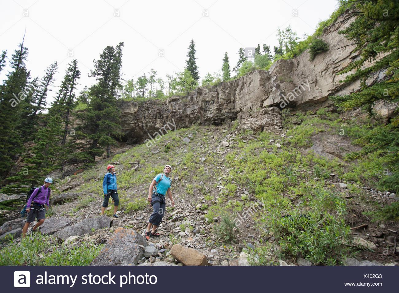 Trois grimpeurs le scoutisme hors zone à monter Photo Stock