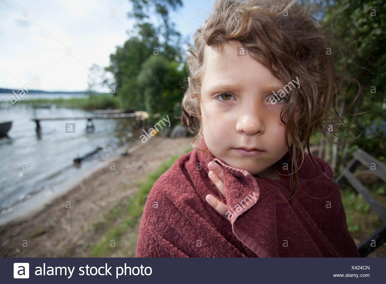Enfant (6-7) enveloppés dans une serviette Photo Stock