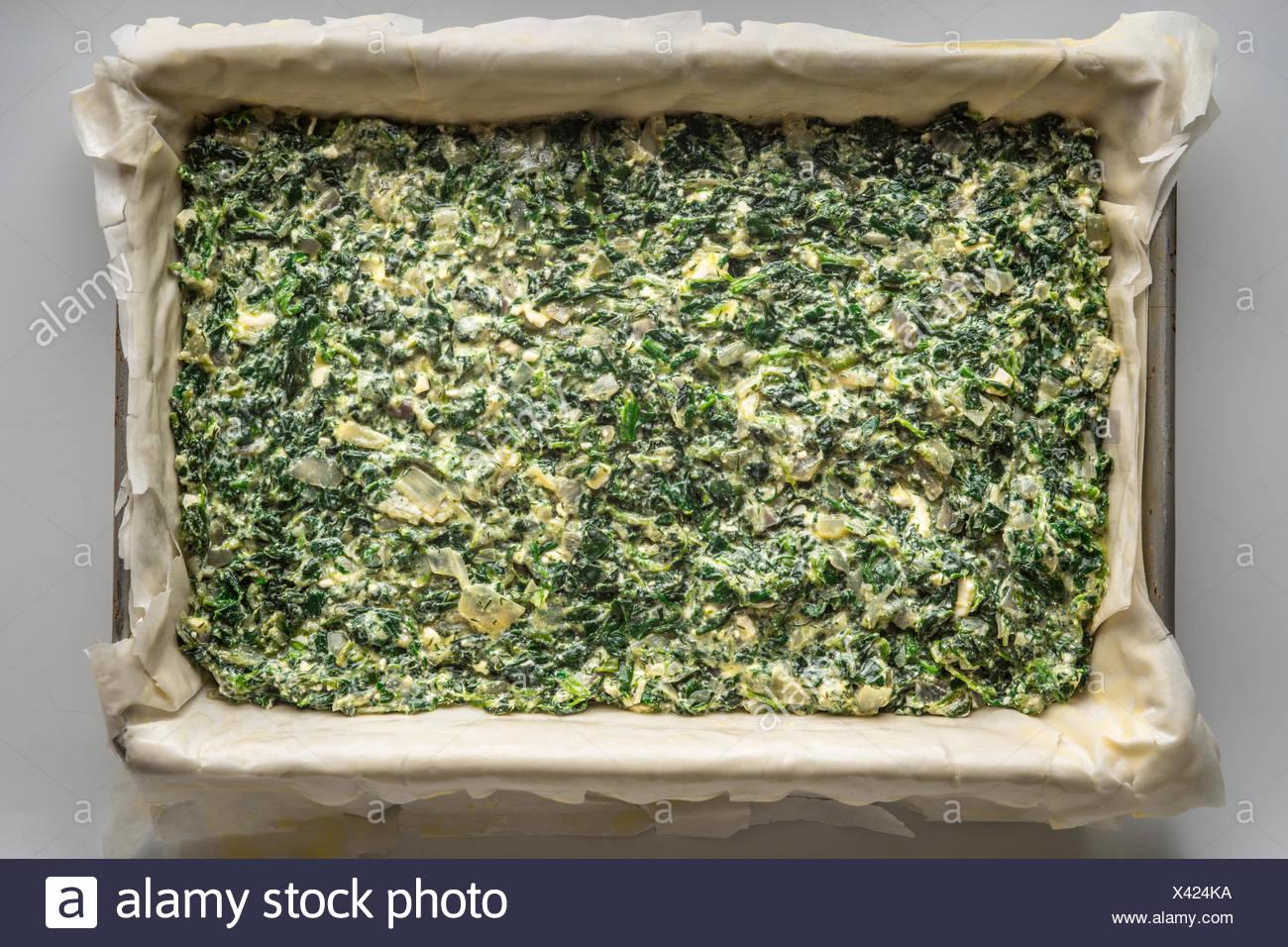 Spanakopita tarte grecque brut vue supérieure Photo Stock