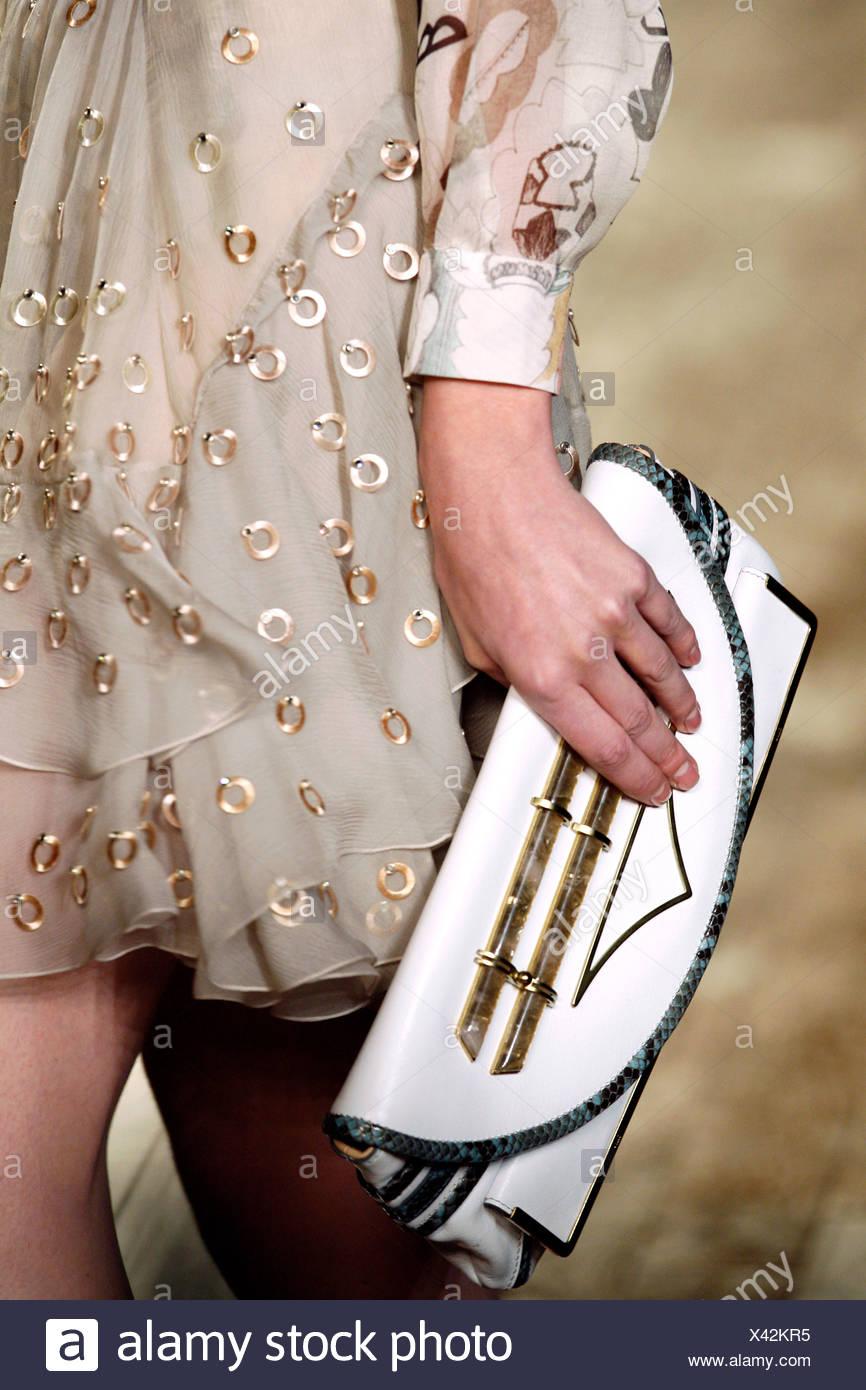 Chloe Paris Prêt à Porter Automne Hiver Mannequin portant une robe de mousseline  beige hoop embelishment c8ed56fa284