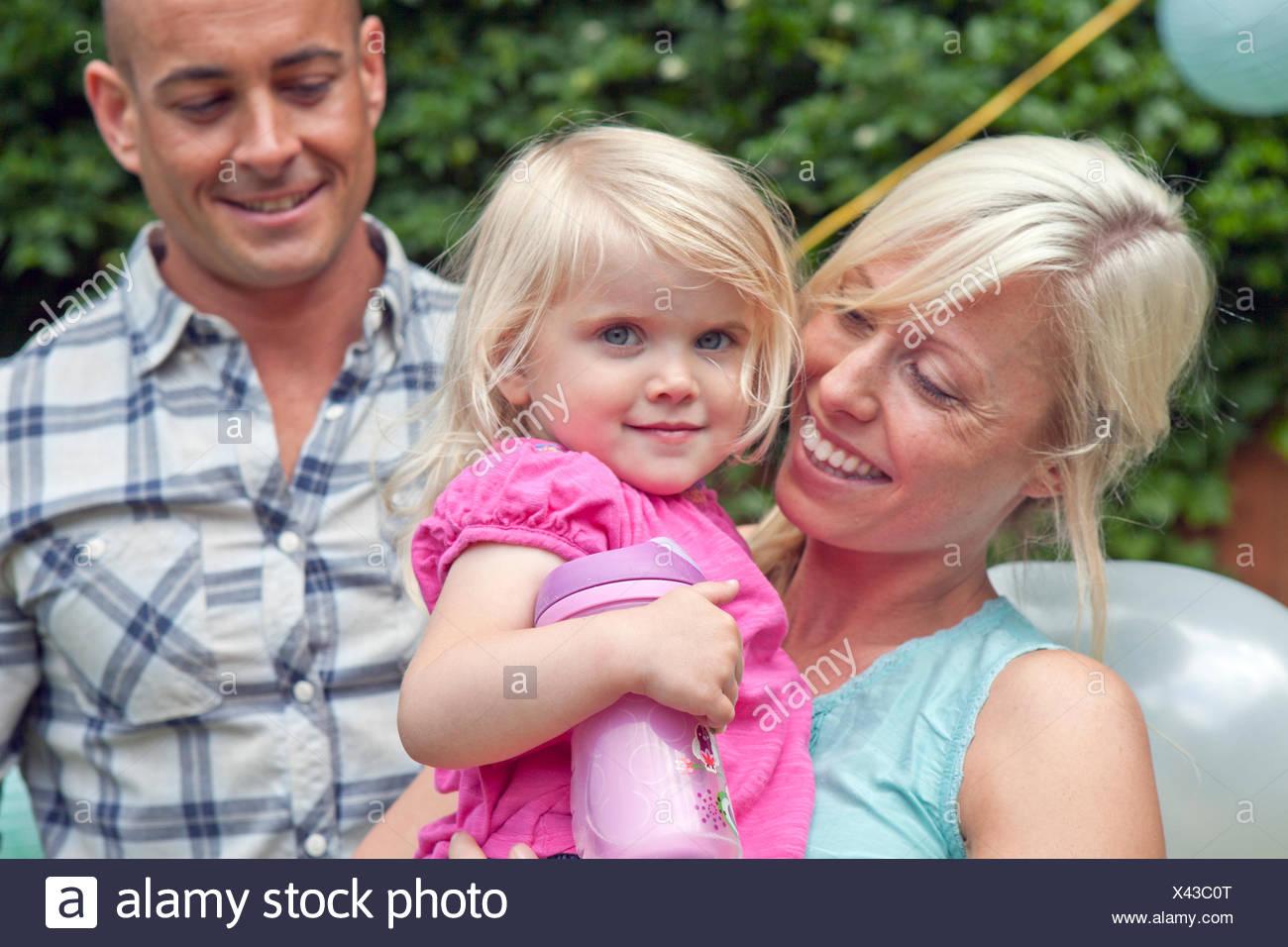 Heureux père et mère avec enfant fille Photo Stock