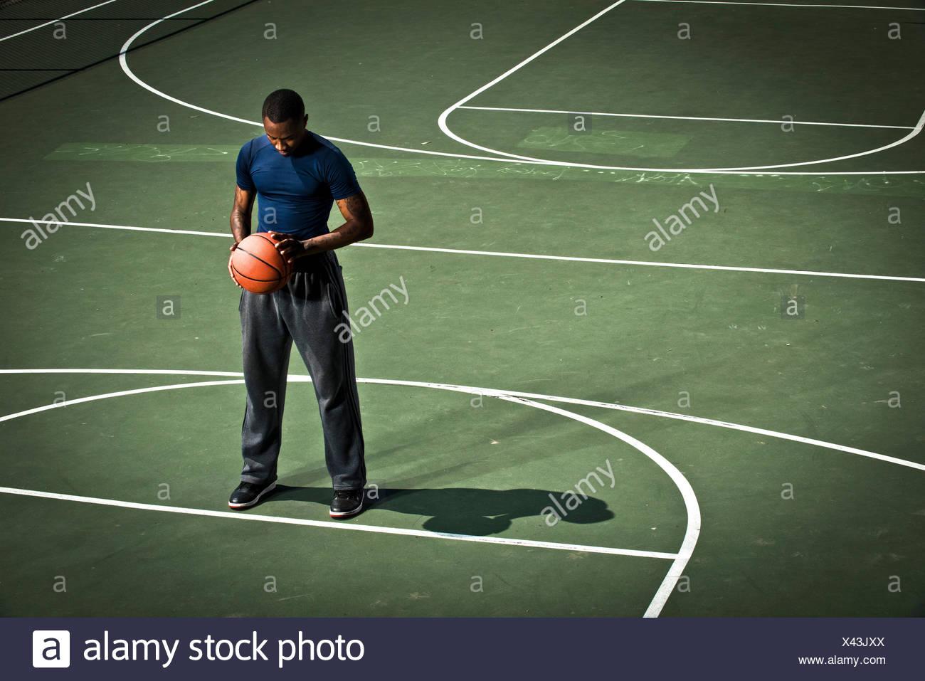 Un joueur de basket-ball de lancers-pratiques. Photo Stock