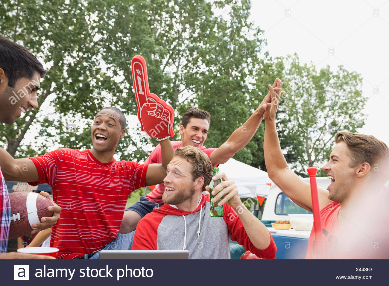 Men cheering at barbecue hayon dans la zone Photo Stock