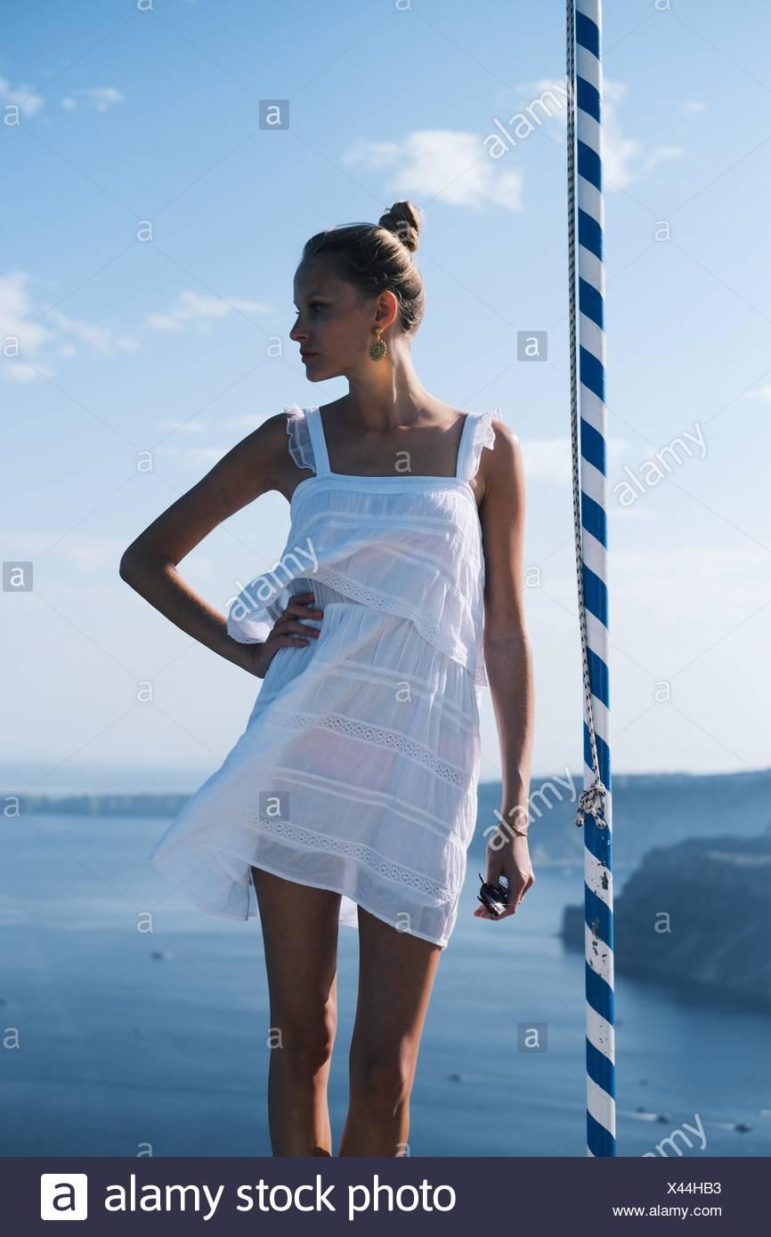 Jeune femme en robe d'été contre la mer Photo Stock