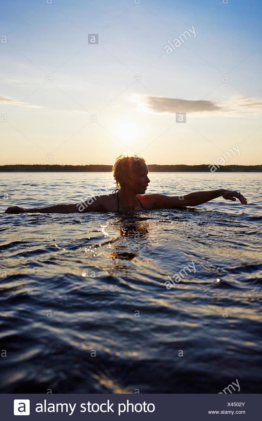 La Suède, Vastra Sweden Skagern, Woman swimming in lake Photo Stock