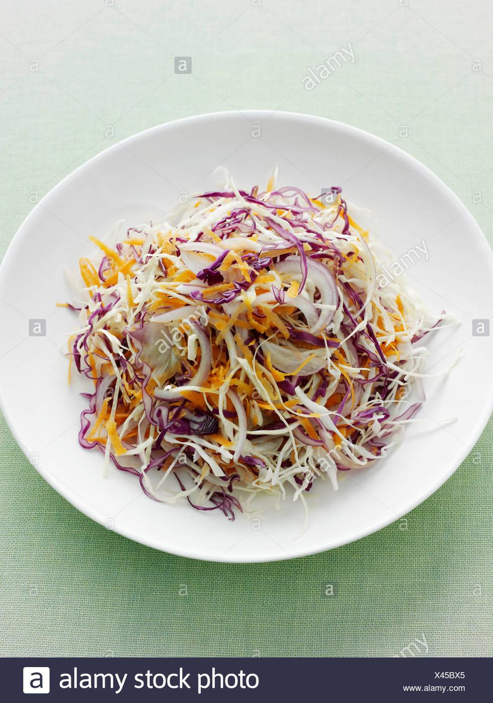 Assiette de chou râpé et carotte Photo Stock