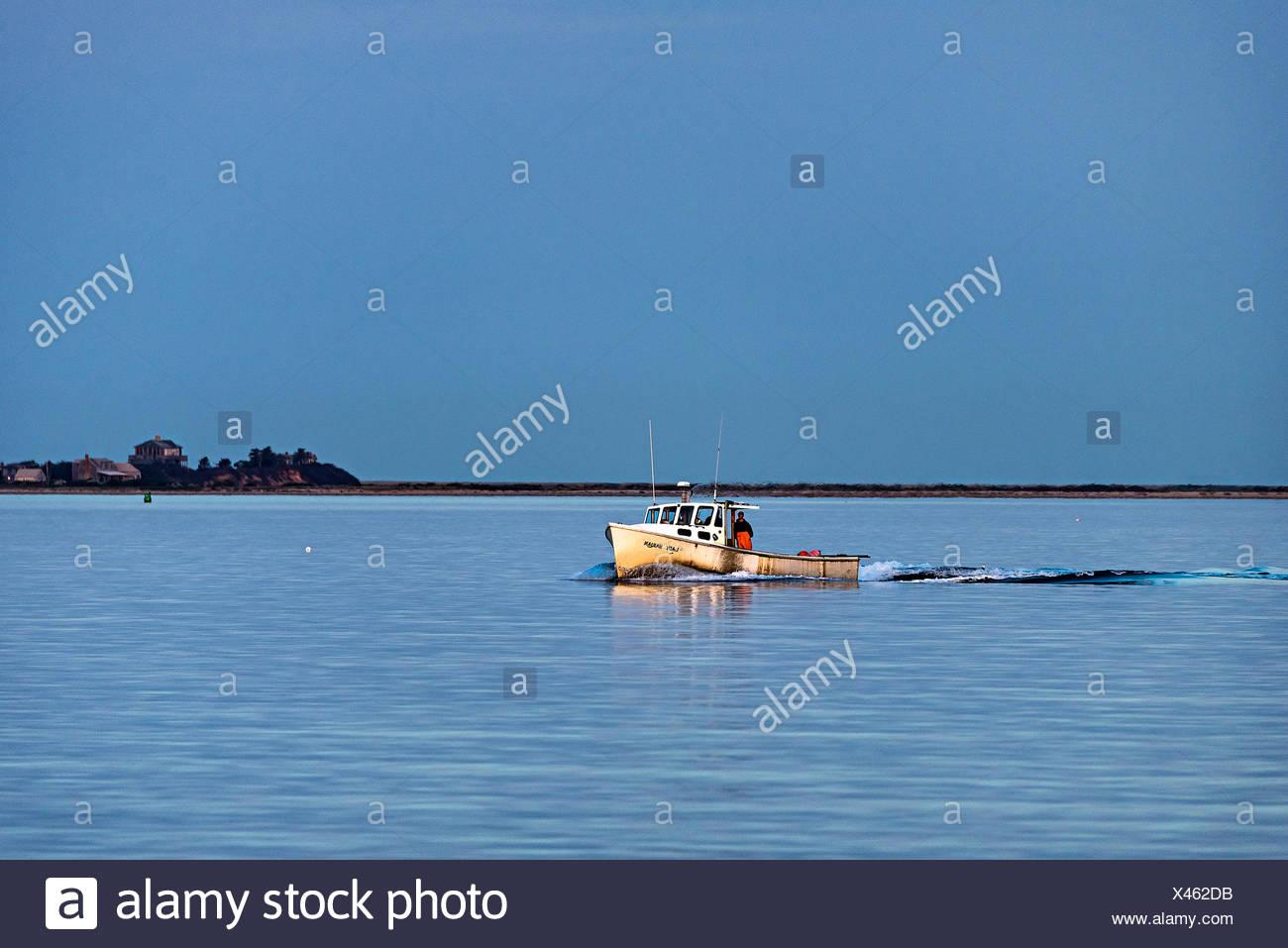 Bateau de pêche au homard revient de contrôler les pièges. Photo Stock