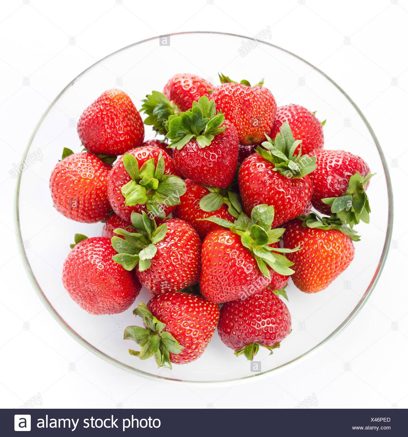 Plaque ronde en fraise sur fond blanc Photo Stock