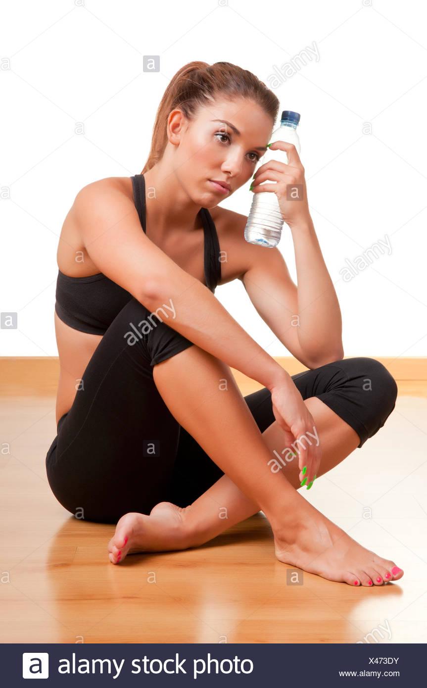Femme tenant une bouteille d'eau Banque D'Images