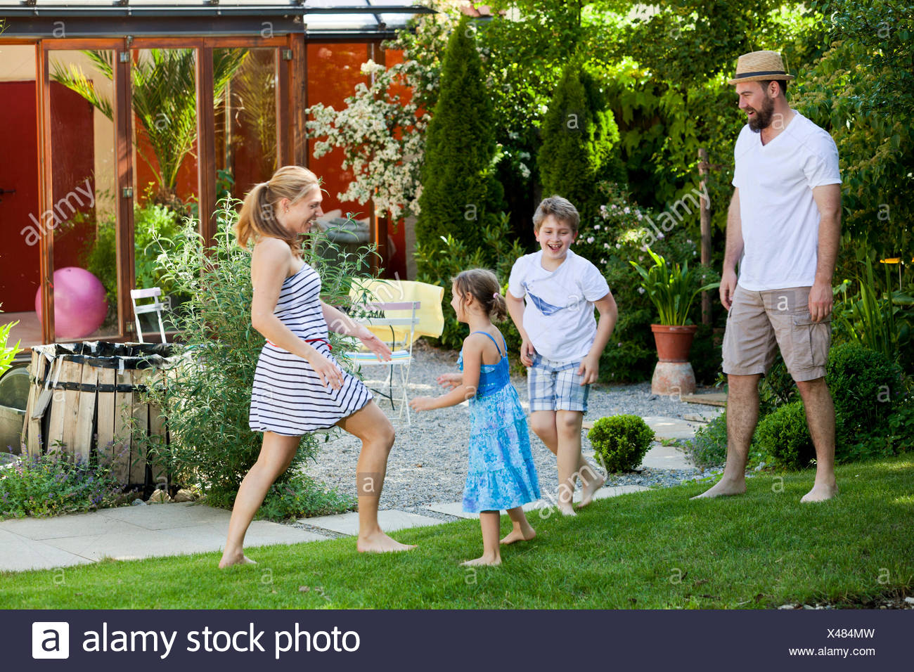 Famille avec deux enfants dans le jardin le bouffon, Munich, Bavière, Allemagne Photo Stock