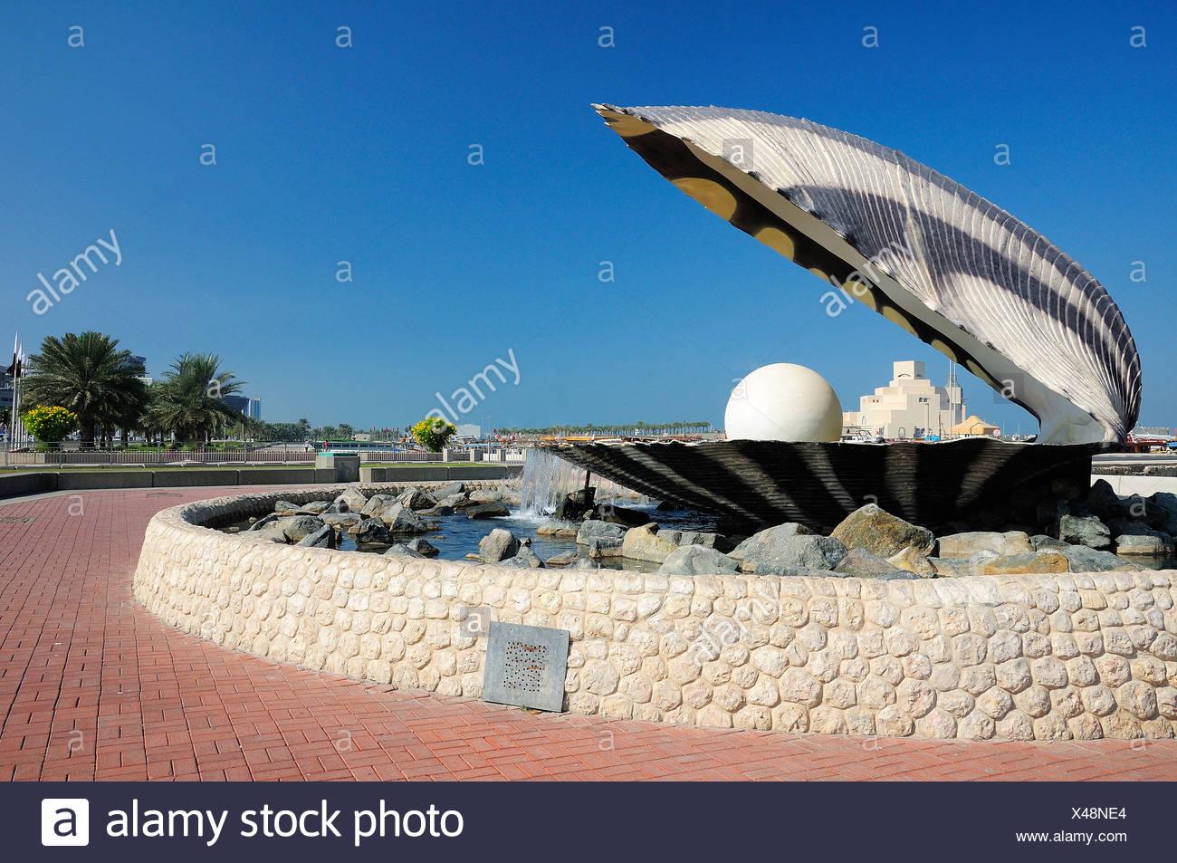 Pearl Oyster et Fontaine, corniche, Doha, Qatar, Moyen-Orient Photo Stock