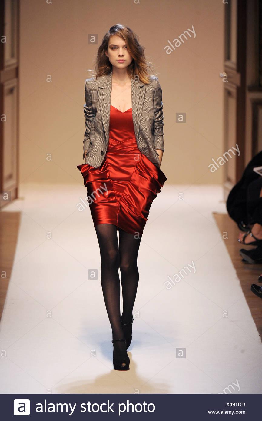 39130c98746 Emanuel Ungaro Paris Prêt à Porter automne hiver robe rouge brun ...