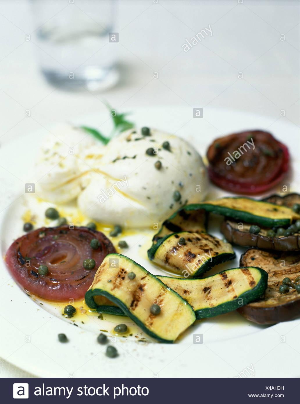 Le Goût de Venise image recadrée de tranches d'aubergine grillées et rubans de courgettes oignons rouges sur le dessus et arrosé de câpres Banque D'Images