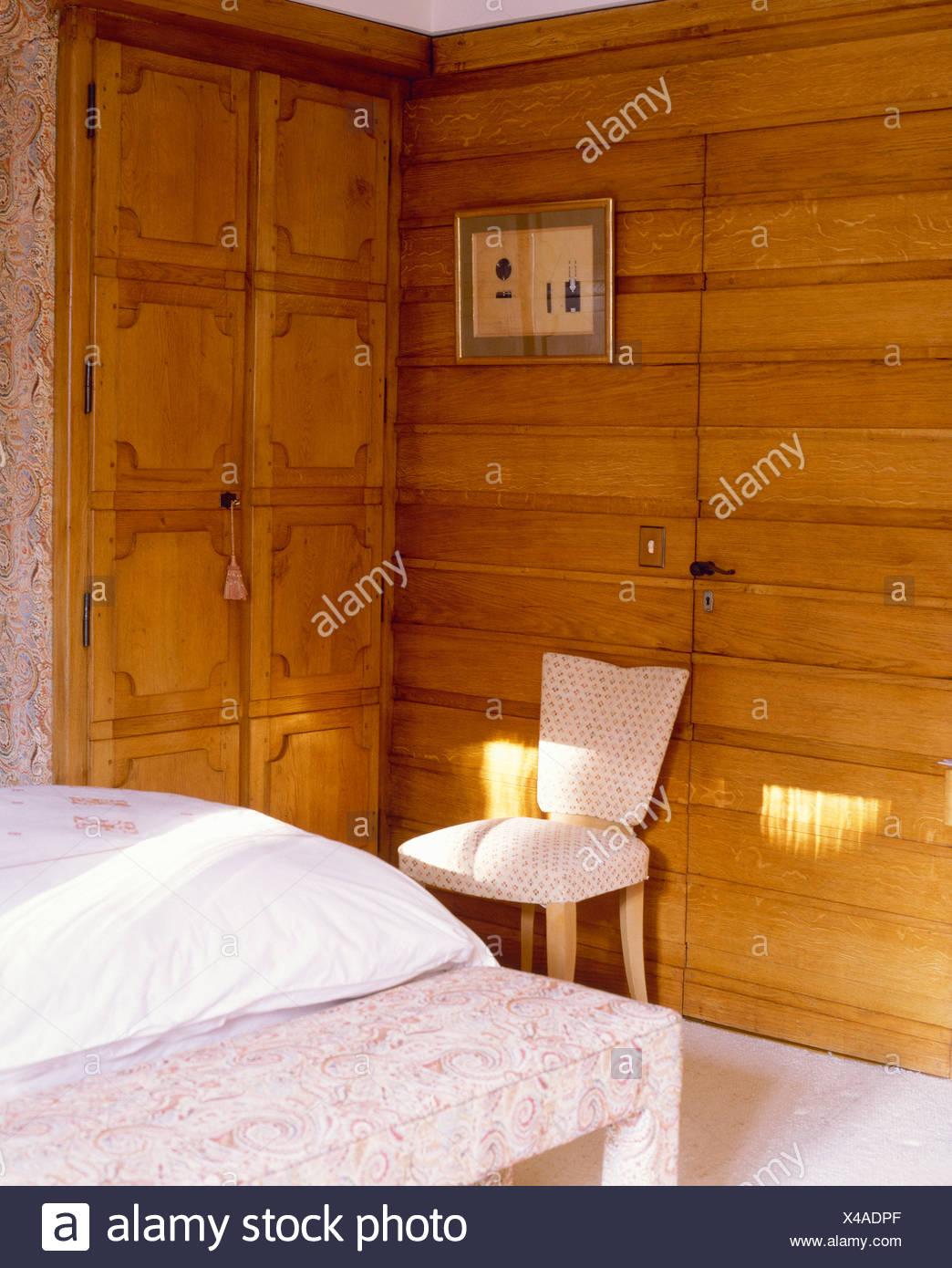 Alpin En Chambre Lambris Bois De Chaise Mur Blanche Contre Chalet ...
