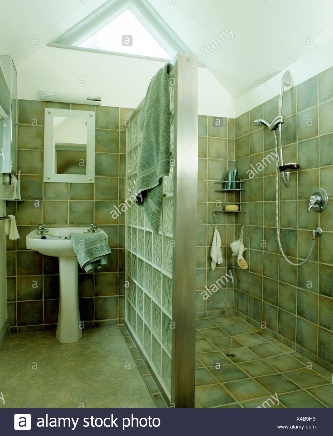 Brique de verre mur de séparation entre espace douche et ...