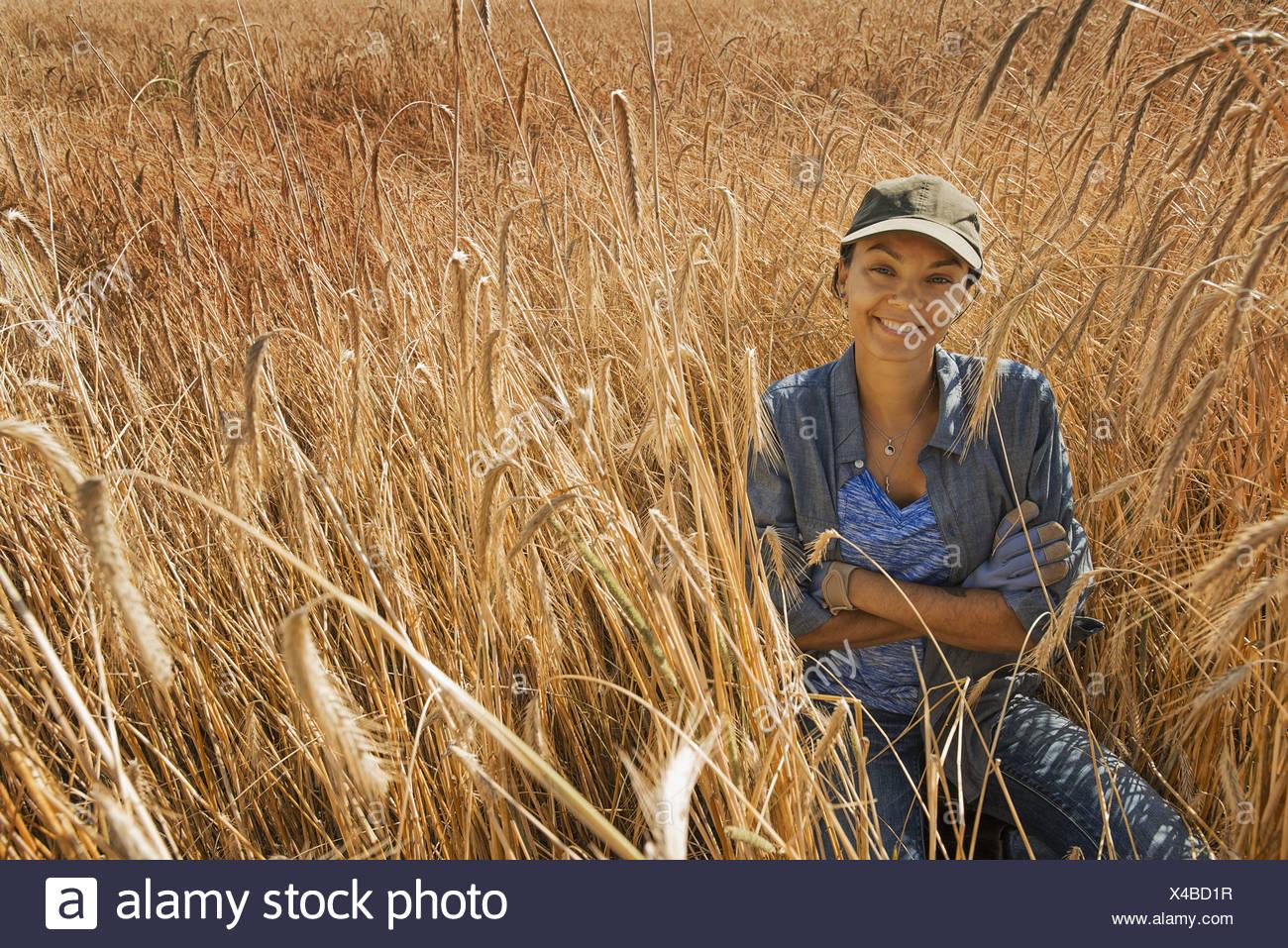 L'état de New York USA woman smiling in maturation champ de maïs céréale Photo Stock