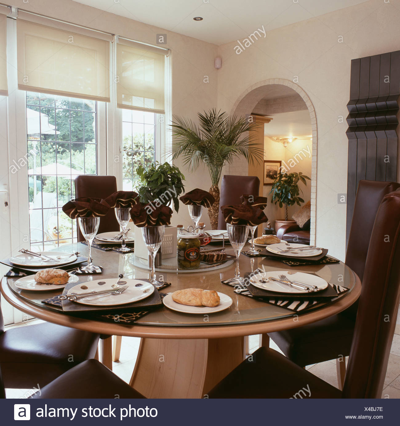 Circulaire Moderne Set De Table Pour Le Déjeuner Dans La Salle à Manger  Traditionnelle Avec Stores Blanc Sur La Fenêtre Et Potted Palm à Corner