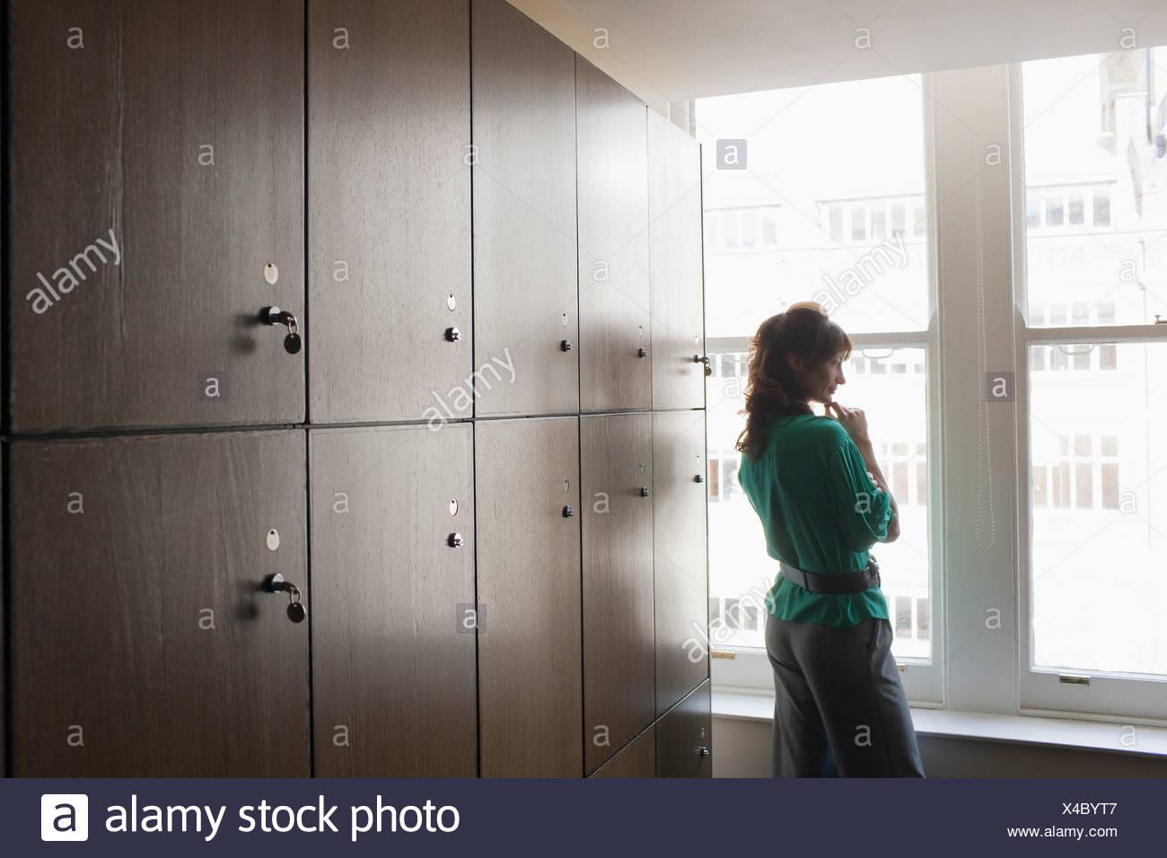 Les femmes dans un vestiaire. Photo Stock