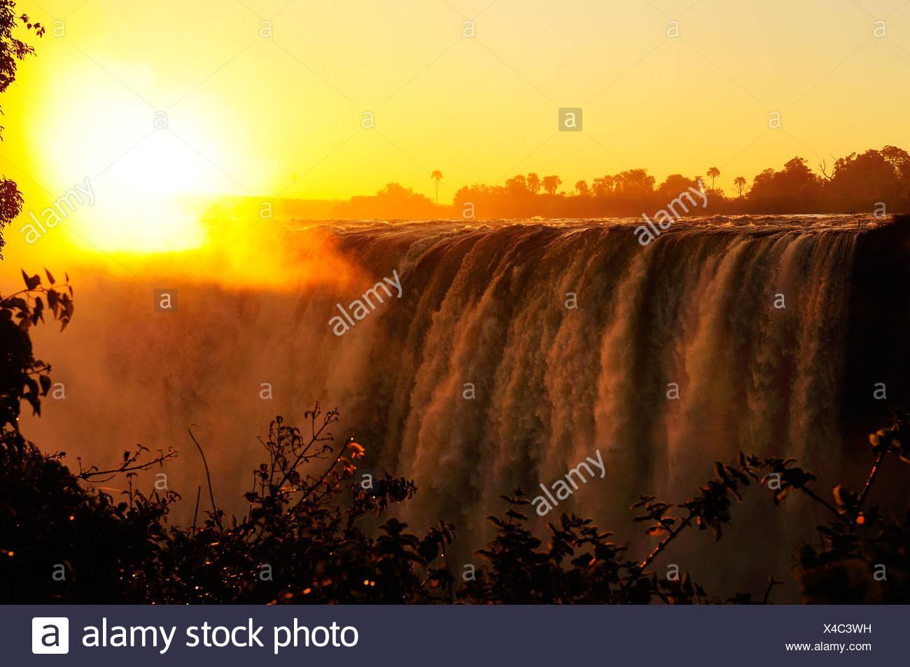 L'Afrique, le Zimbabwe, le Zambèze, fleuve, le sud de l'Afrique, les chutes Victoria, cascade, eau, canyon, gorge, soleil, coucher du soleil Photo Stock