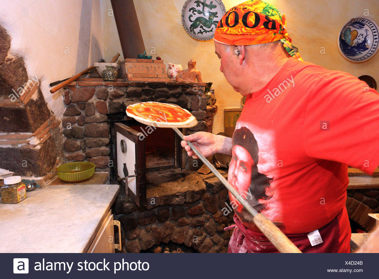 Torre Alfina, Italie, pizza baker pousse une pizza dans un four en pierre Banque D'Images