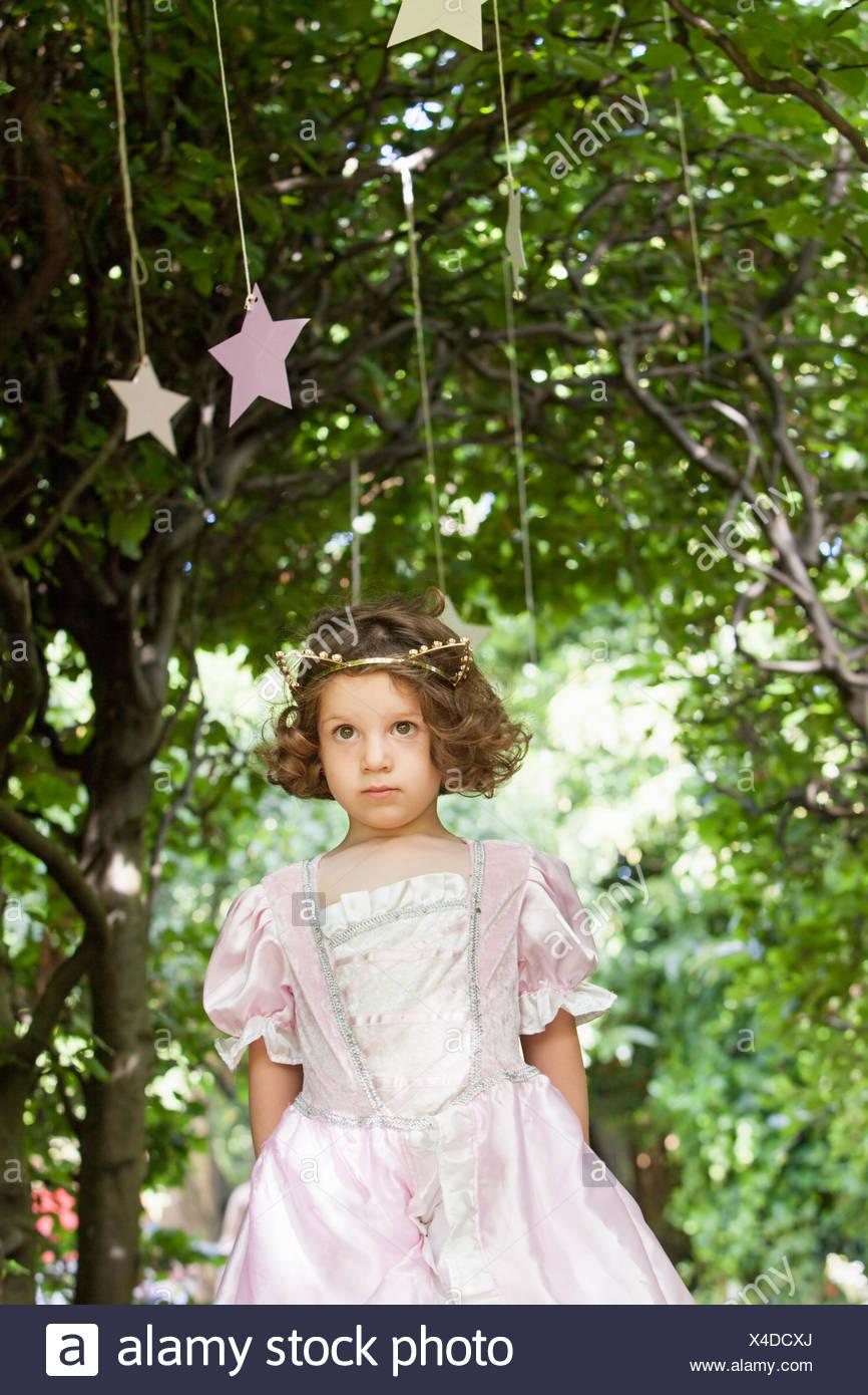 Jeune fille habillé comme une fée lors d'une fête dans un jardin. Photo Stock