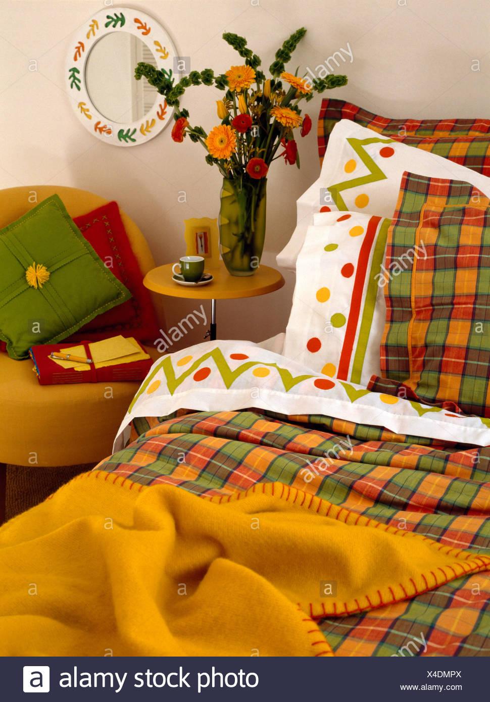 Couverture jaune et orange +green vérifié couette et oreillers sur ...