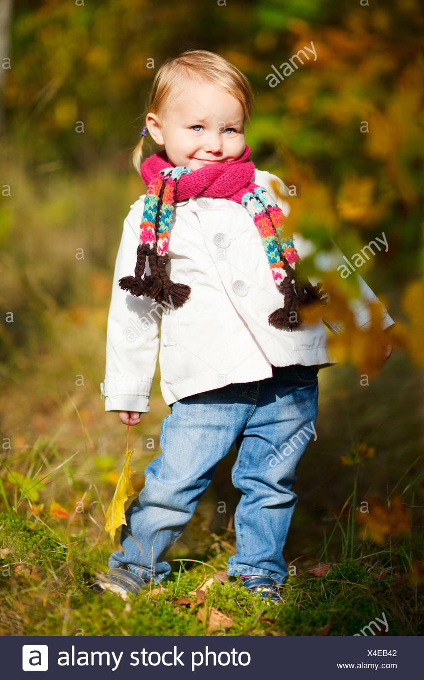 produits de qualité Vente chaude 2019 plus gros rabais Petite fille avec l'écharpe holding autumn leaf Banque D ...